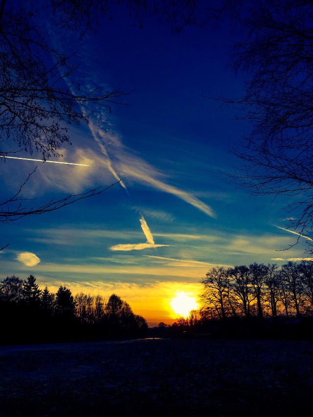 #sunset #sun #afternoon #street #streetphotography  #ftenature #nature #naturephotography #walk #spaziergang #weather #blue #sky #horizon #clouds #landscape #fly  #luxxxs